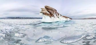 Carámbanos del hielo del panorama el invierno el lago Baikal de la isla de Ogoy Siberia, Rusia imagen de archivo libre de regalías