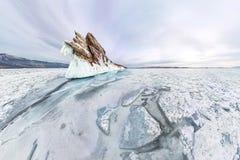 Carámbanos del hielo del panorama el invierno el lago Baikal de la isla de Ogoy Siberia, Rusia imagen de archivo