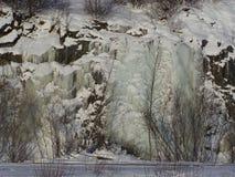 Carámbanos e Icewalls en los acantilados de la roca fotografía de archivo