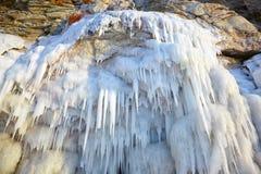 Carámbanos en la pared del hielo imagenes de archivo