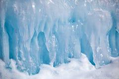 Carámbanos en la pared del hielo fotografía de archivo libre de regalías