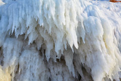 Carámbanos en la pared del hielo fotos de archivo libres de regalías