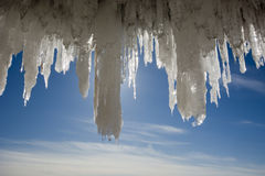 Carámbanos grandes en las cuevas de hielo de las islas del apóstol en el lago Superior congelado imagen de archivo