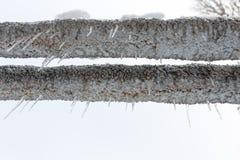 Carámbanos grandes que cuelgan de un tubo en la naturaleza Imagenes de archivo