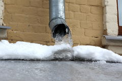 Carámbanos que se congelan abajo de un tubo del agua Imagen de archivo