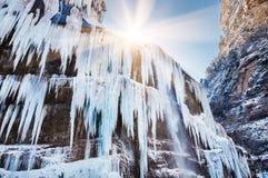 Carámbanos y un jet del agua en la cascada congelada Fotografía de archivo