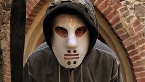 Caráter assustador de Dia das Bruxas que olha na câmera video estoque
