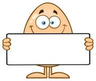 Caráter bonito da mascote dos desenhos animados do ovo que guarda um sinal vazio Fotografia de Stock Royalty Free