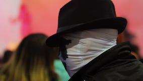 Caráter da banda desenhada na máscara e chapéu que comunicam-se com os fãs que dão autógrafos vídeos de arquivo