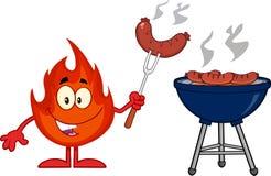 Caráter da mascote dos desenhos animados da chama com a salsicha no cozinheiro At Barbecue da forquilha Fotos de Stock
