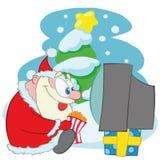 Caráter de Santa Claus Cute Christmas Santa Calus está olhando a tevê e está comendo a pipoca ilustração do vetor