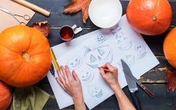 Caráter do esboço do desenho com a faca da abóbora das mãos Imagens de Stock