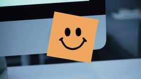 Caráter do sorriso Desenho do sorriso na etiqueta no monitor filme