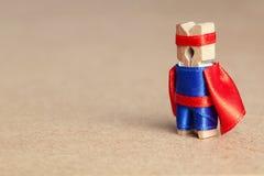 Caráter do super-herói do pregador de roupa Conceito da liderança Copie o espaço Fotografia de Stock