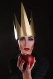 Caráter escuro do bandido da fantasia que veste a coroa dourada Imagens de Stock