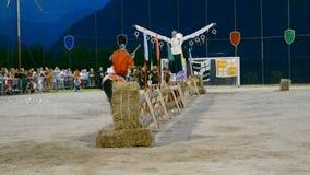 Caráter medieval do cavaleiro que compete durante a competição dos anéis do festival medieval da vila tradicional video estoque