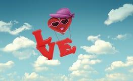 Caráter no céu azul, estilo retro da mulher do balão de ar Fotos de Stock