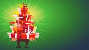 Caráter Santa Claus do homem dos desenhos animados para trazer e guardar a pilha grande de cor verde de caixas de ano novo feliz  ilustração royalty free
