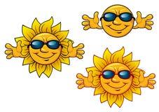 Caráteres de sorriso do sol dos desenhos animados com óculos de sol Foto de Stock