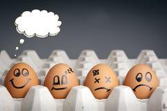 Caráteres do ovo do balão do pensamento fotografia de stock