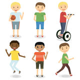 Caráteres do rapaz pequeno Caçoa atividades Meninos felizes ajustados Ilustração do vetor ilustração royalty free
