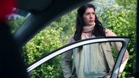 In-car κοιτάξτε του βοήθειας της ελκυστικής γυναίκας από τον όμορφο άνδρα απόθεμα βίντεο