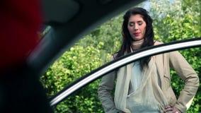In-car πυροβολισμός του βοήθειας της ελκυστικής γυναίκας απόθεμα βίντεο