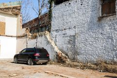 Car on a abandonated house Royalty Free Stock Images