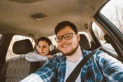 car driving man συνεδρίαση γυναικών ως επιβάτη στα backseats αυτοκίνητο TR Στοκ εικόνα με δικαίωμα ελεύθερης χρήσης