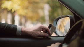 car driving man young Προετοίμασε μια πιστωτική κάρτα για την πληρωμή και την εκμετάλλευση σε ένα χέρι, από τον τρόπο να ψωνίσει απόθεμα βίντεο