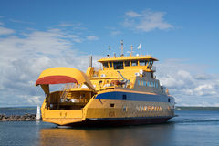 Car-ferry dans Graenna, Suède Photos stock