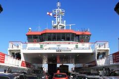 Car-ferry entre le Néerlandais Holwerd et l'île d'Ameland Images libres de droits
