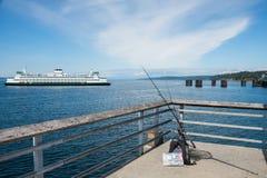Car-ferry et pilier de pêche Photographie stock