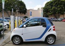 Car2go汽车停放了在电车充电站并且准备在巴波亚公园聘用在圣地亚哥 免版税库存照片