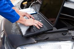 Car mechanic using laptop Royalty Free Stock Images