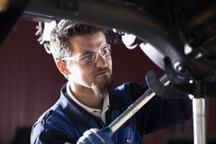 Car mechanic at work Royalty Free Stock Photos