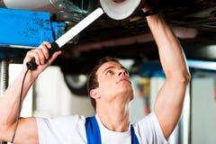 Car mechanic in workshop Royalty Free Stock Photos
