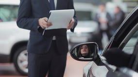 car salesman talking to woman φιλμ μικρού μήκους