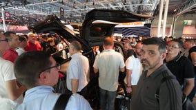Car Show mondial del motor de París de la exposición con el nuevo Tesla Model X metrajes