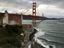 Car un ferry rouge et blanc passe sous golden gate bridge célèbre, le deuxième pont caché est évident photo stock