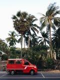 Car van taxi rossa in Tailandia contro il contesto delle palme fotografia stock libera da diritti
