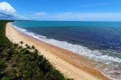 CaraÃva, Bahia, Brasilien: Vogelperspektive eines schönen Strandes mit zwei Farben des Wassers lizenzfreies stockbild