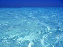 Caraïbisch overzees blauw turkoois water in Cancun stock foto