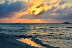 Caraïbisch strand bij zonsondergang stock afbeelding