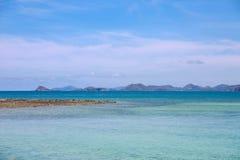 Caraïbisch strand, blauwe hemel en overzeese meningen Royalty-vrije Stock Afbeeldingen