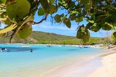 Caraïbisch strand met vissersboten bij Playa-La Ensenada, Dominic royalty-vrije stock foto's