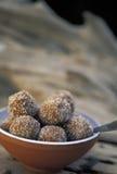 Caraïbisch voedsel: Tamarindeballen stock afbeeldingen