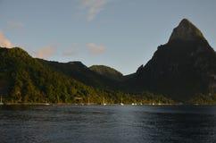 Cara?bische Haven en Bergen Sailingboat royalty-vrije stock fotografie