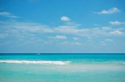 Caraïbische overzees en blauwe hemel Stock Foto's