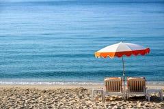 Caraïbische overzeese van de strandscène blauwe zonnige paraplu Stock Afbeeldingen